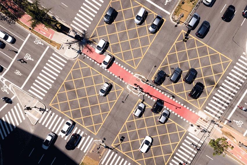 Ford testa tecnologia que faz veículos se comunicarem em cruzamentos